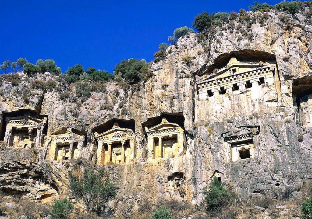 Kaunosian style rock tombs